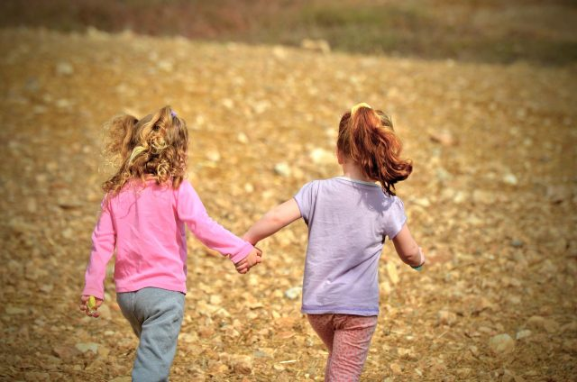 友達と遊ぶ子供